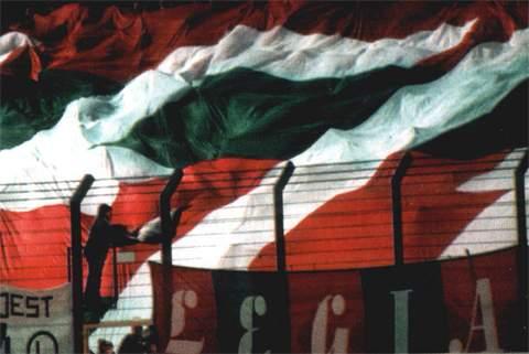 Kibice pod Wielką Flagą -- fot: Nasza  Legia