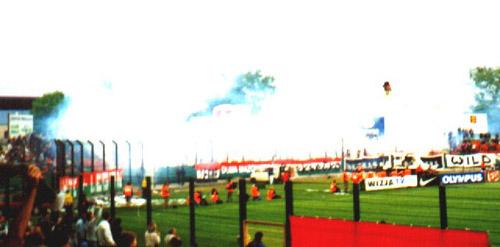 Dym jaki powstał na zakolu po odpaleniu rac wyglądał naprawdę imponująco. -- fot. Jacek Filipiuk