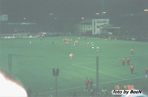 Koniec meczu, piłkarze zaraz przyjdą podziękować 1000 osobowej grupie kibicow Legii. -- fot. BeeN