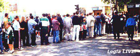 Godzinę przed meczem, kasy przeżywały prawdziwe oblężenie, każdy chciał zobaczyć inaugurację w wykonaniu Legii. -- fot. Jacek Filipiuk