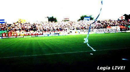 Kilka chwil przed rozpoczęciem meczu na Żylecie pojawiło się tysiąc małych flag. Na pierwszym planie lecąca serpentyna. -- fot. Jacek Filipiuk