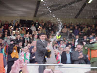 Prezes Miklas otworzył szampana! - fot. Woytek