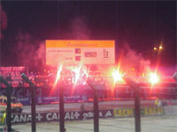 Fani ruchu po golu odpalili race - fot. Woytek
