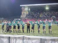Piłkarze wiwatują po zwycięstwie - fot. Woytek