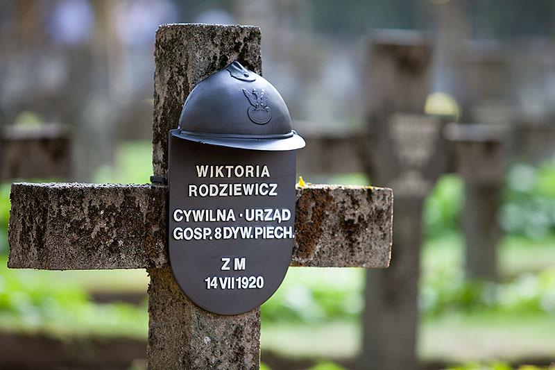 """Godzina """"W"""" na Powązkach Wojskowych - fot. Piotr Galas (zdjęcie 16 z 38)"""