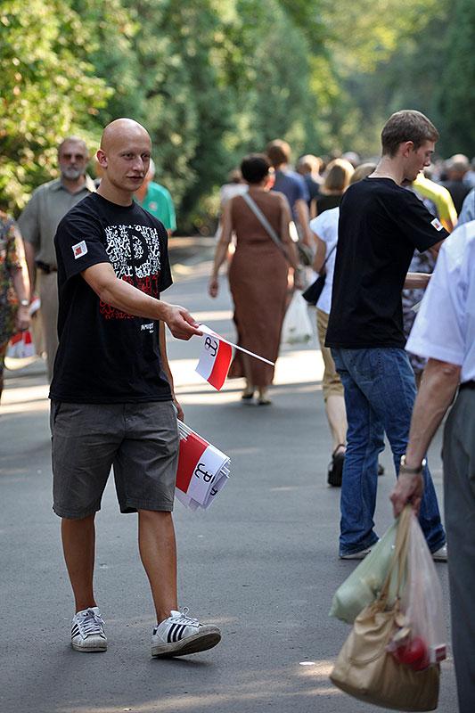"""Godzina """"W"""" na Powązkach Wojskowych - fot. Piotr Galas (zdjęcie 2 z 38)"""