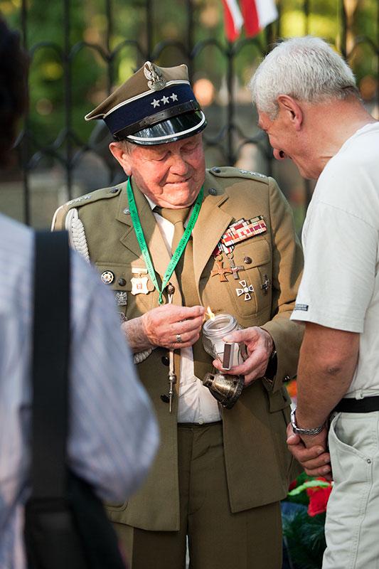 """Godzina """"W"""" na Powązkach Wojskowych - fot. Piotr Galas (zdjęcie 21 z 38)"""