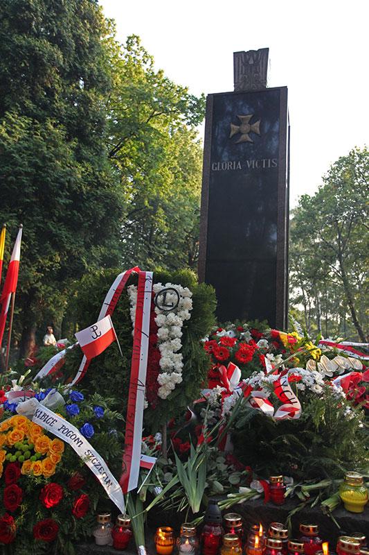 """Godzina """"W"""" na Powązkach Wojskowych - fot. Piotr Galas (zdjęcie 29 z 38)"""