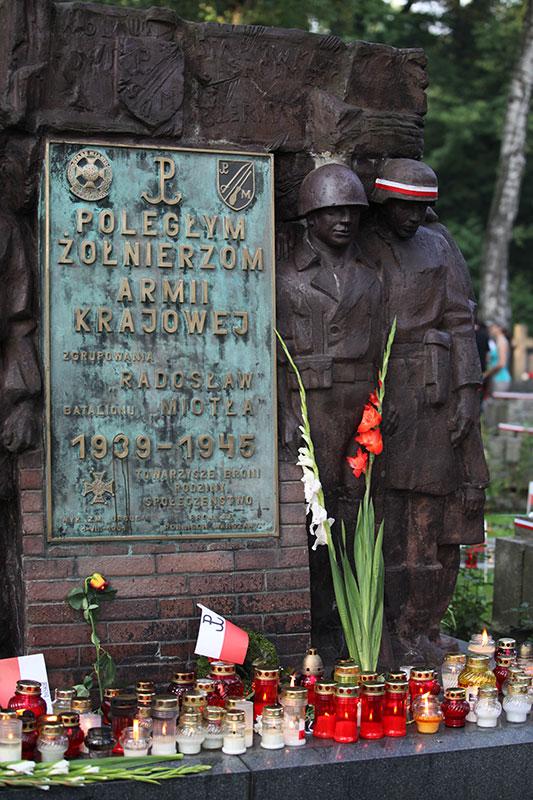 """Godzina """"W"""" na Powązkach Wojskowych - fot. Piotr Galas (zdjęcie 37 z 38)"""