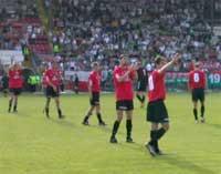 Piłkarze z opuszczonymi głowami dziękowali kibicom za doping w całym sezonie - fot. Woytek