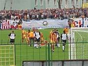 Po tym faulu Jacek Zieliński musiał opuścić boisko - fot. Mishka