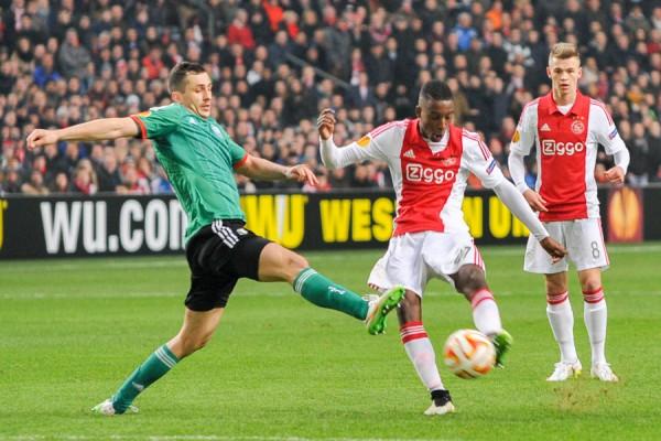 Tomasz Jodłowiec blokuje strzał gracza Ajaxu - fot. Mishka / Legionisci.com