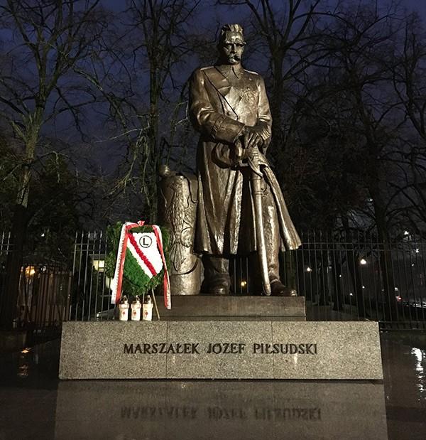 Kibice Legii złożyli wieniec pod pomnikiem Marszałka Józefa Piłsudskiego - fot. facebook.com/legiawarszawaofmc