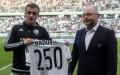Miroslav Radović otrzymał przed meczem pamiątkową koszulkę od władz Legii - fot. Woytek / Legionisci.com